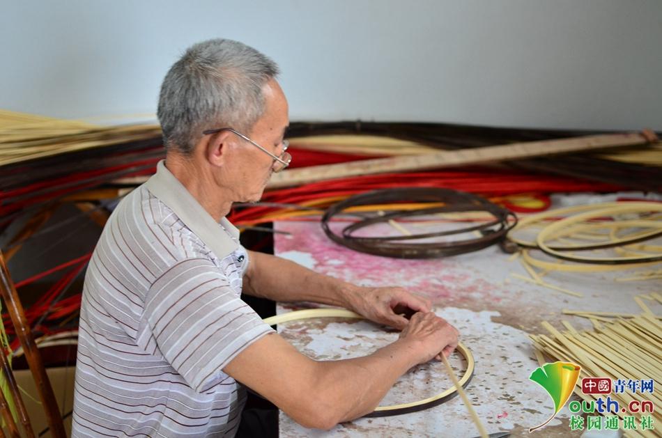 08竹编工人正在制作灯笼外口 中国青年网通讯员 周西 摄